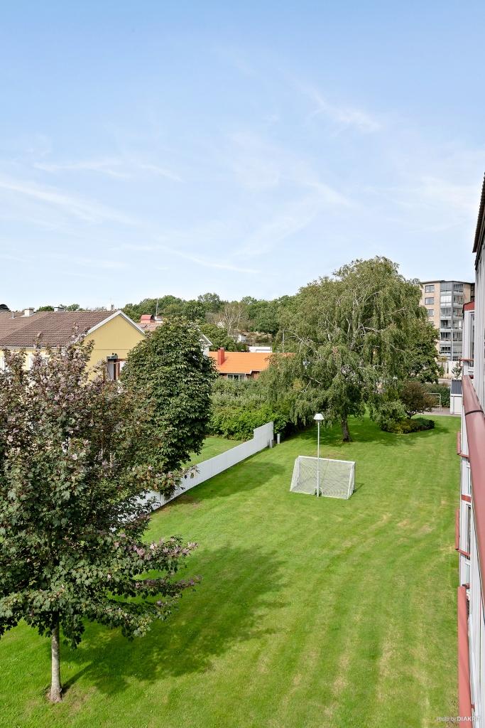 Läget i ytterkant av bostadsrättsområdet ger en fri vy