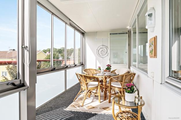 Inglasad balkong som ger skön extra yta att umgås och njuta på