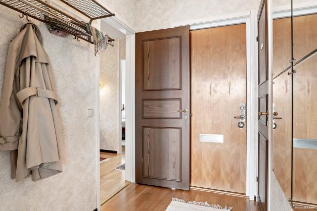 Separat ingång till ett rum och toalett,  går att stänga till in till övriga lägenheten om så önskas