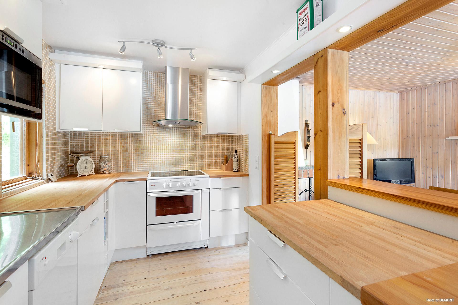Köket är renoverat i modern stil.