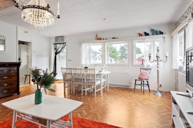 Ljust vardagsrum med många fönster