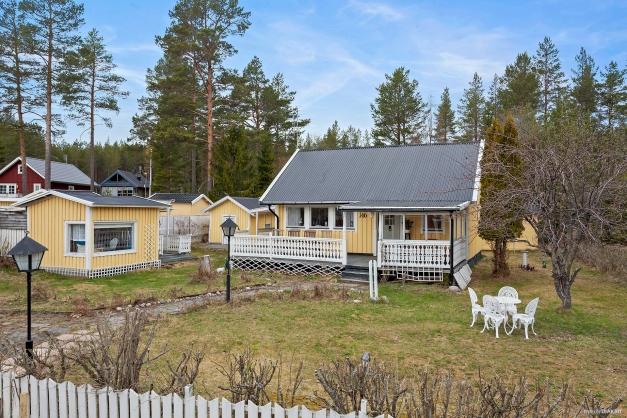 I trädgården finns många små byggnader - friggebod, gäststuga och förrådsbod