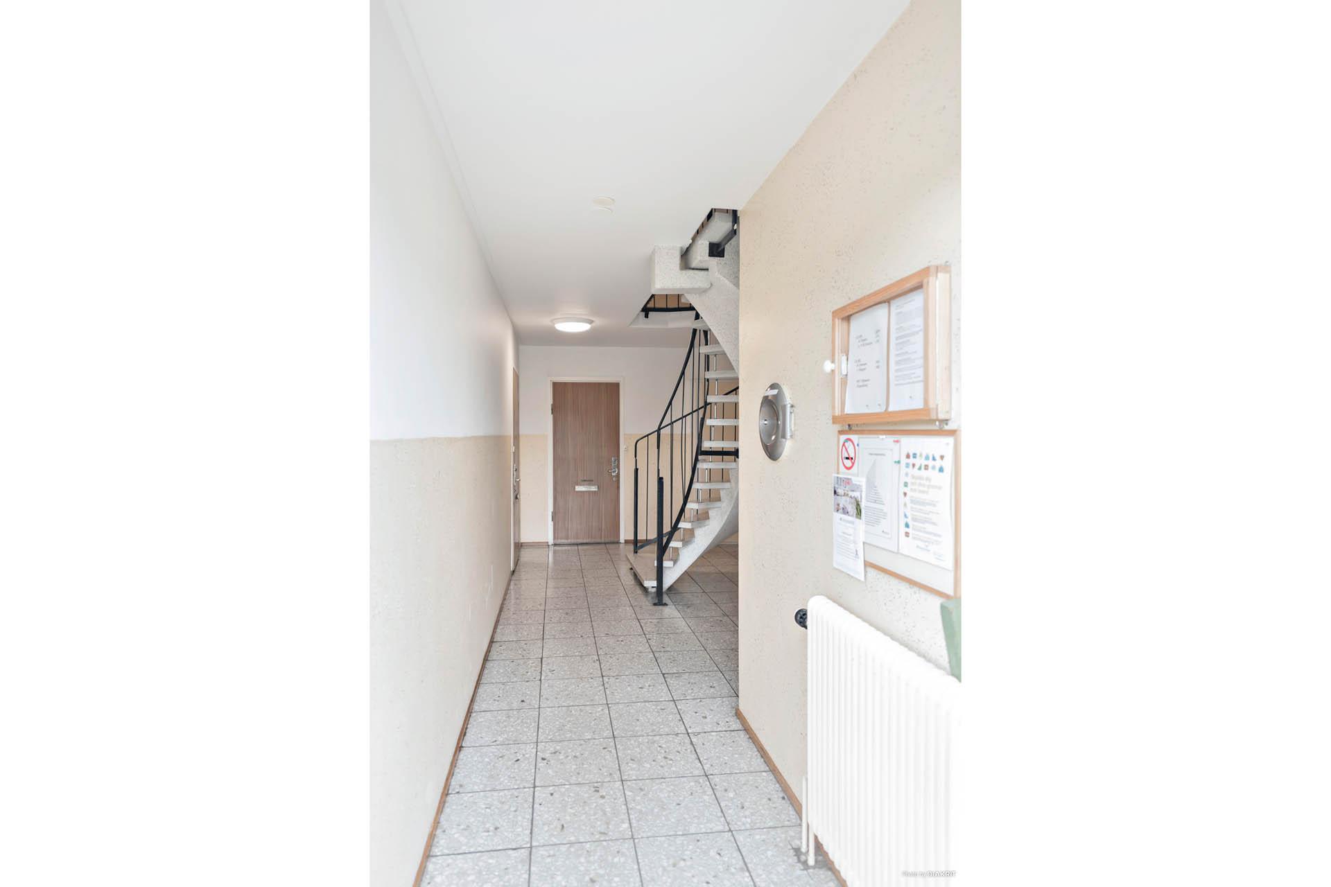 Via en välskött trappuppgång nås bostadsrätten på andra våningen.