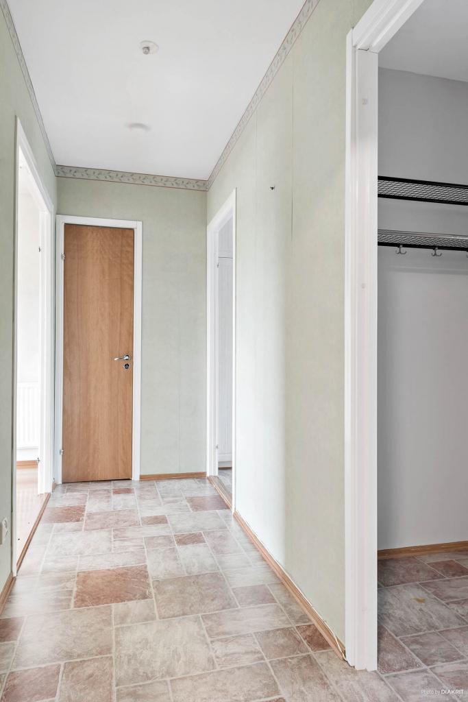 Hallen förgrenar sig in i både kök, vardagsrum, toalett samt klädgarderob.