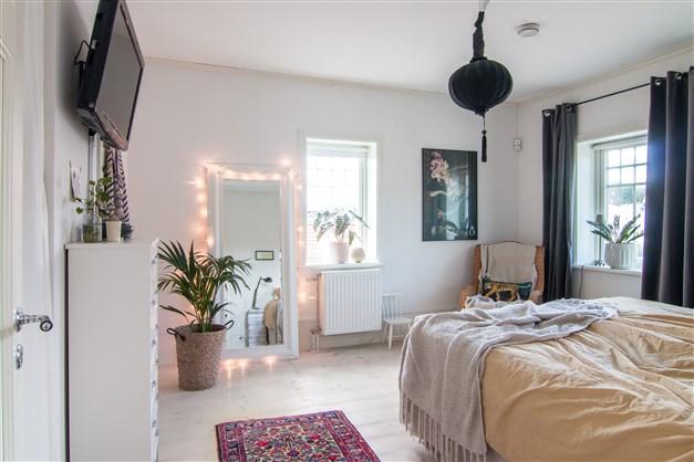 Ljust sovrum med fönster åt två håll