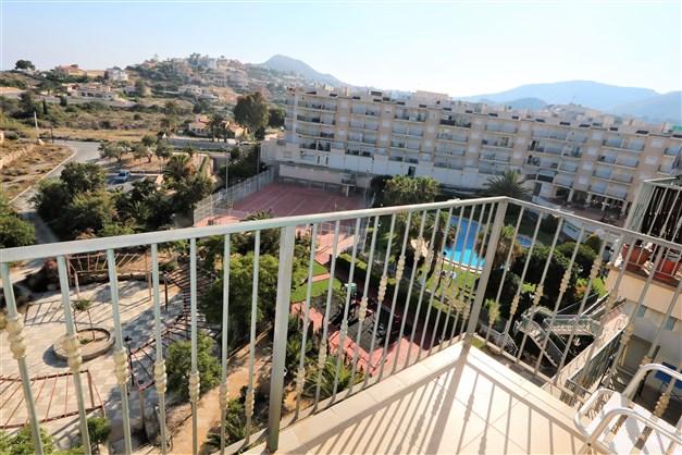 Utsikt från balkongen mot poolområdet