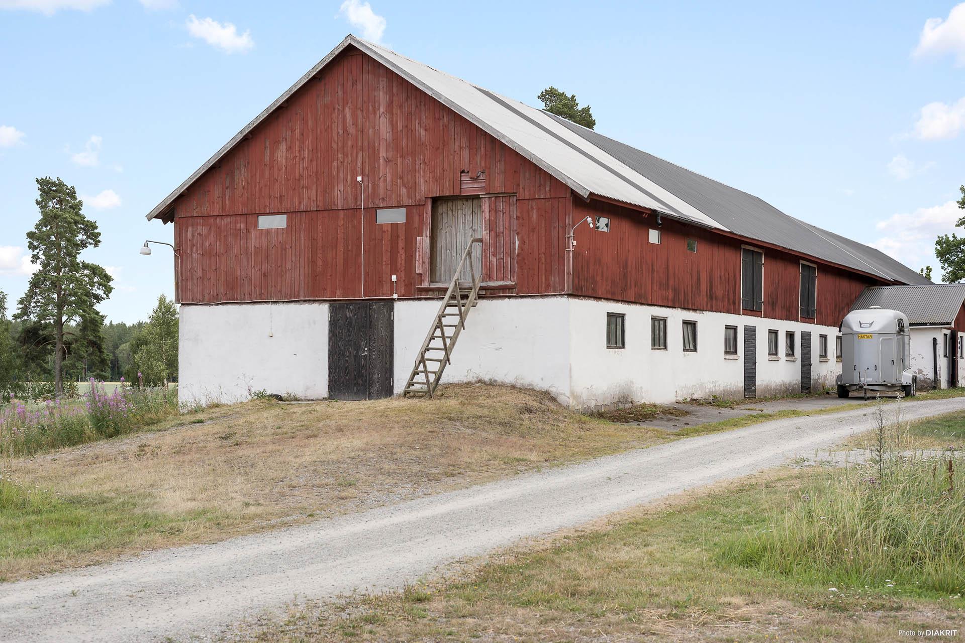 Ladugård med stall, höskulle, loge, sadelkammare, gödselplatta, lokal med loft mm