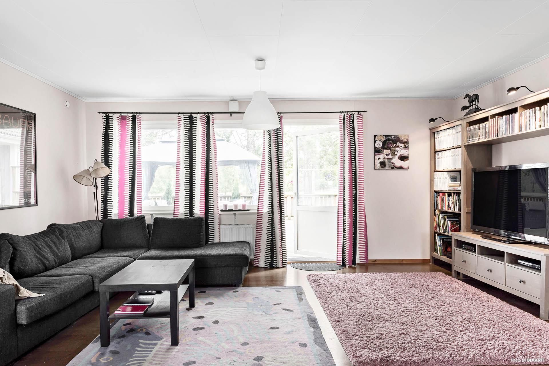 Villans vardagsrum/sällskapsrum i öppen planlösning