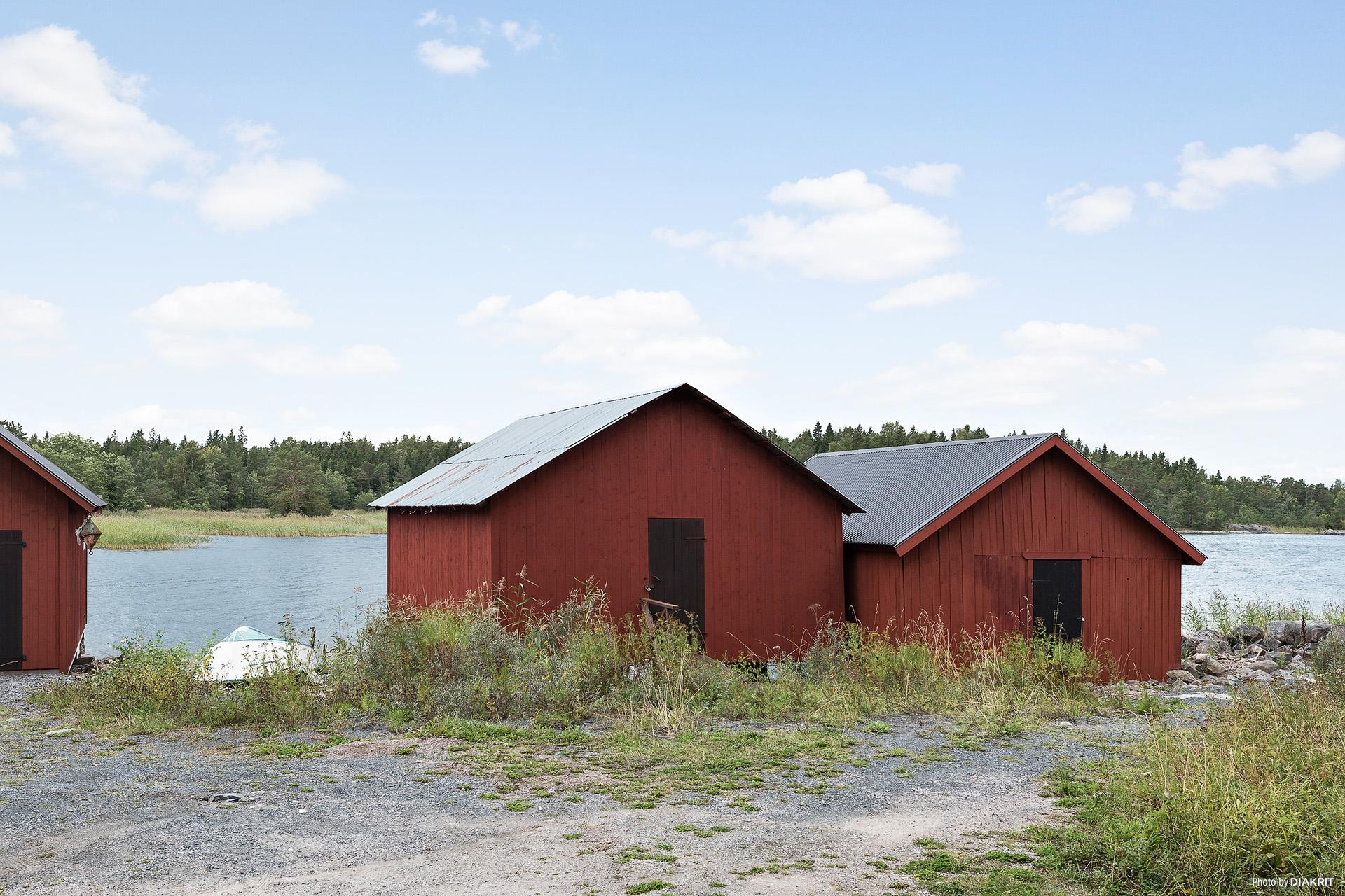 Båthuset ca 30 m från fastigheten