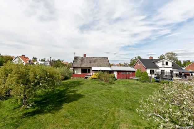 Hörntomt, 995 m² - trädgårdstomt med stora gräsytor på baksidan