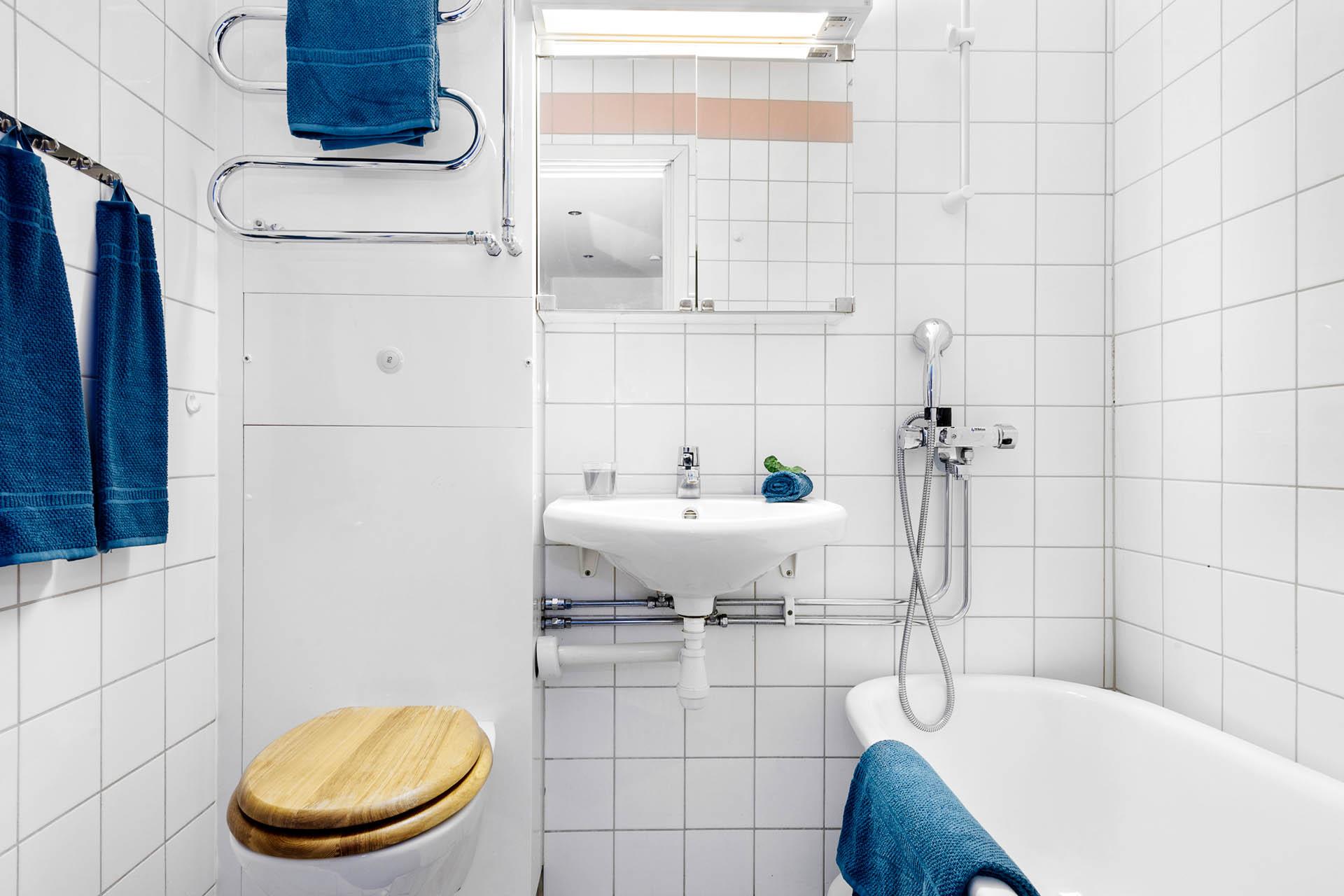 Fräscht och lättstädat badrum med kakel och klinkers