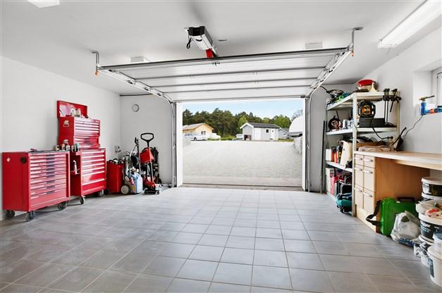Garage med eldriven port
