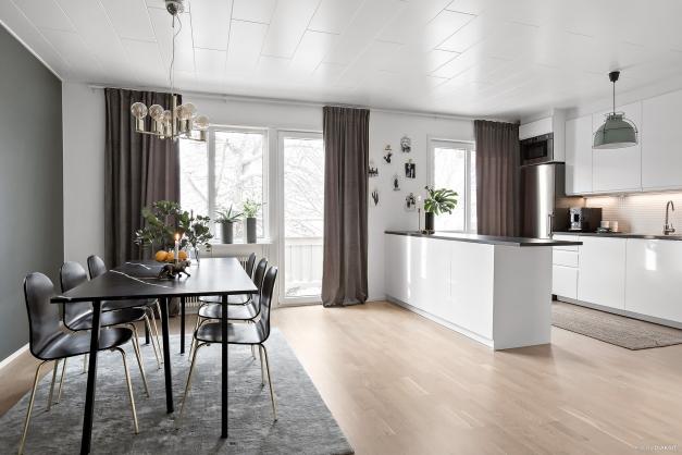 Vardagsrum/matsal i öppen planlösning mot kök