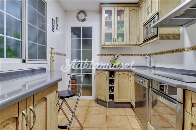 Kök med vardagsrummet i anslutning
