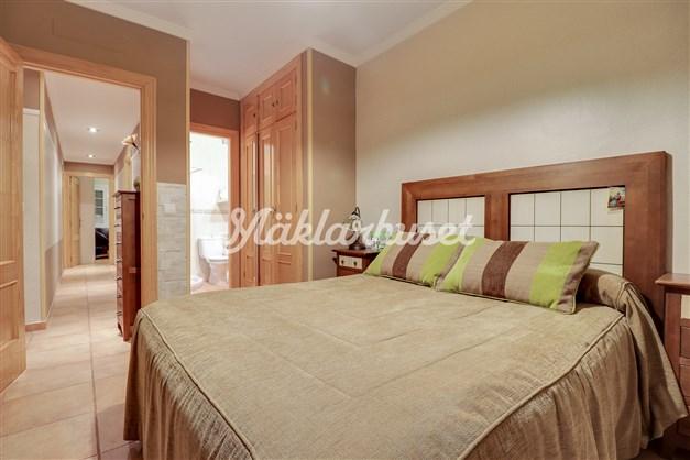 Rymligt sovrum med eget badrum