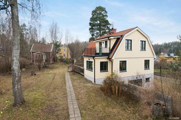 Hus med gammalt gästhus på tomten