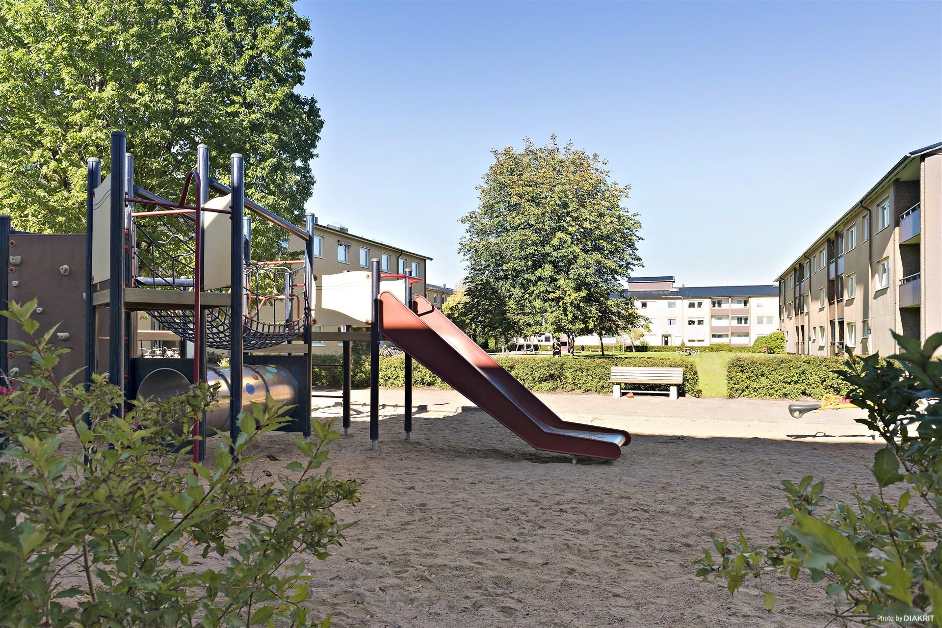 I föreningen finns lekplatser och plana gräsytor för lek