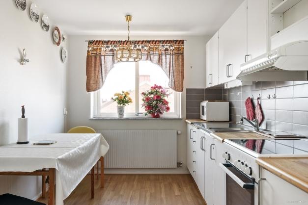 Kök i fint skick med utrymme för matplats