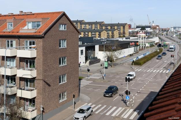 Utsikt från vardagsrumsfönster mot Stattena C, där finns bl.a. Hemköp och Sats.