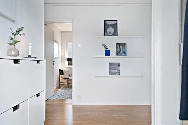 Öppen och möblerbar hall med bra avhängningsmöjlighet i den inbyggda garderoben med skjutdörrar