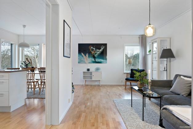 Den delvis öppna planlösningen mot köket gör att ljuset kommer in i vardagsrummet från flera olika håll.