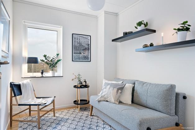 Sovrum 2 är ca 7,5 kvm med fönster i österläge. Även här är det ljus färgsättning på väggarna och parkett på golvet samt inbyggd garderob.