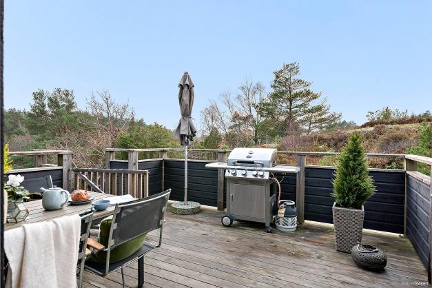 Från altanen är det fin utsikt över natur omgivningar. Här är det sol från lunchtid till dess att solen går ner. En perfekt plats för sköna middagar utomhus på sommarhalvåret i solnedgången. Altanen är stor nog att rymma både matbord och loungedel