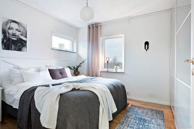 Det stora sovrummet är ca 12 kvm med fönster i två väderstreck; öst- och norrläge. Ljus färgsättning på väggarna och parkett på golvet, inbyggda garderober.