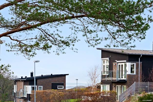 Välkommen på visning till Berghagagången 5B i Billdal. Här bor du högt och fritt utan insyn med öppet västerläge och havsglimt.
