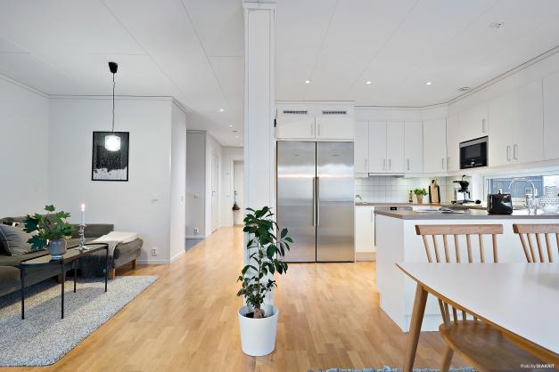 Genomgående ljus färgsättning och stilren inredning med vattenburen golvvärme i hela lägenheten för bra inomhusklimat.