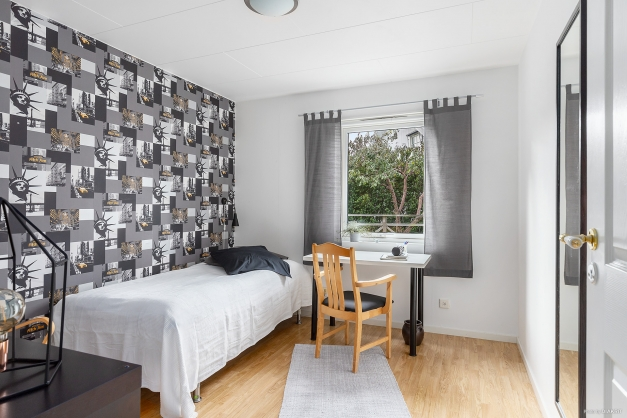 Detta sovrum på entréplan är ett perfekt tonårshäng eller varför inte som master bedroom så ungdomarna får övervåningen för sig själva?!