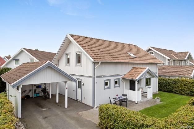 Välkomna till detta fina hus! Både carport och parkering på tomten.