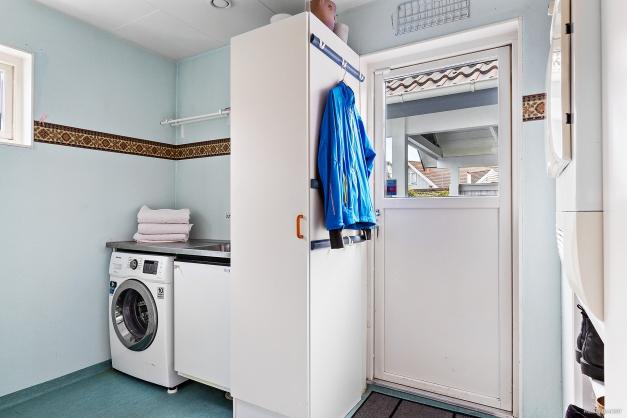 En praktisk tvättstuga med separat entré. Bra att kunna köra in en barnvagn med en sovande liten bebis i.