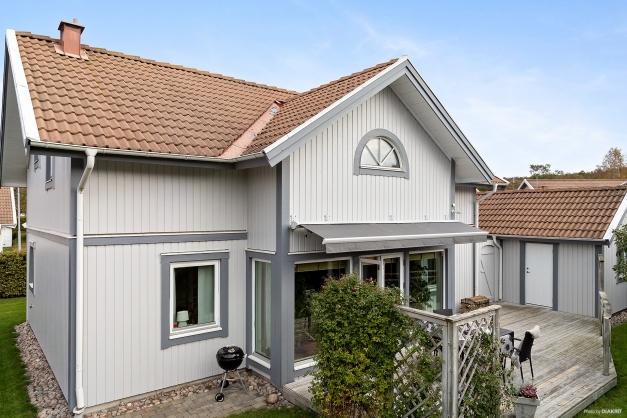 Mysig 1,5 planshus som är beläget i ett barnvänligt och centralt område.
