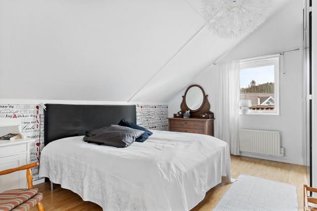 Master bedroom med gott om garderober.