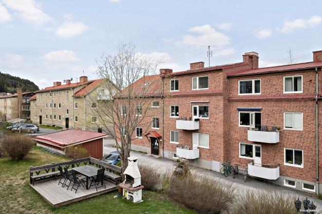 Hornsgatan 13 med gemensam innergård med grillplats och utemöbler