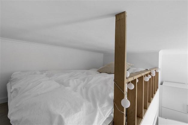 Sovrum två med loft