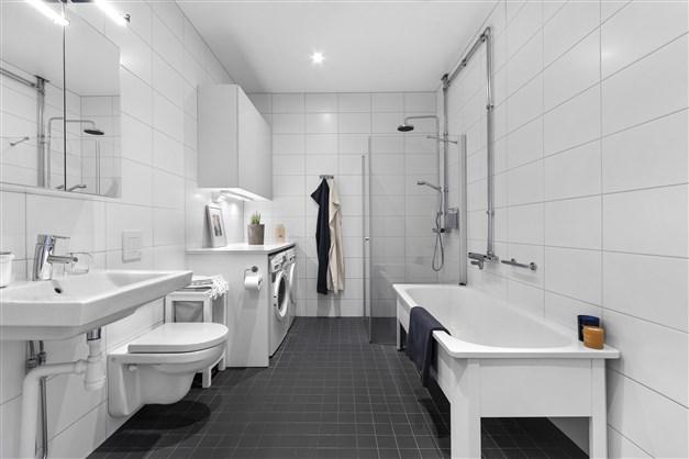 Badrum med tvättmaskin och torktumlare