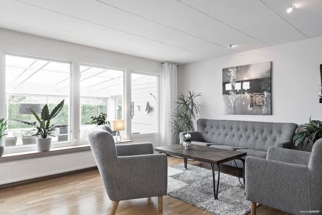 Vardagsrummet har stora fönsterpartier som ger ett härligt ljusinsläpp
