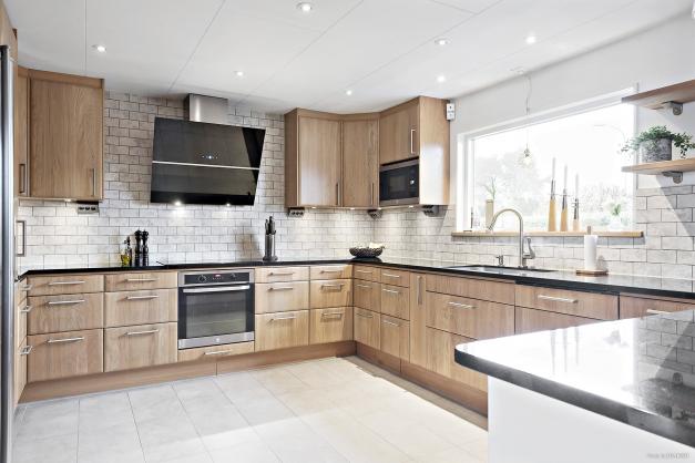 Köket renoverades 2014 och har gott om skåp för förvaring, snygga bänkskivor och rostfria vitvaror