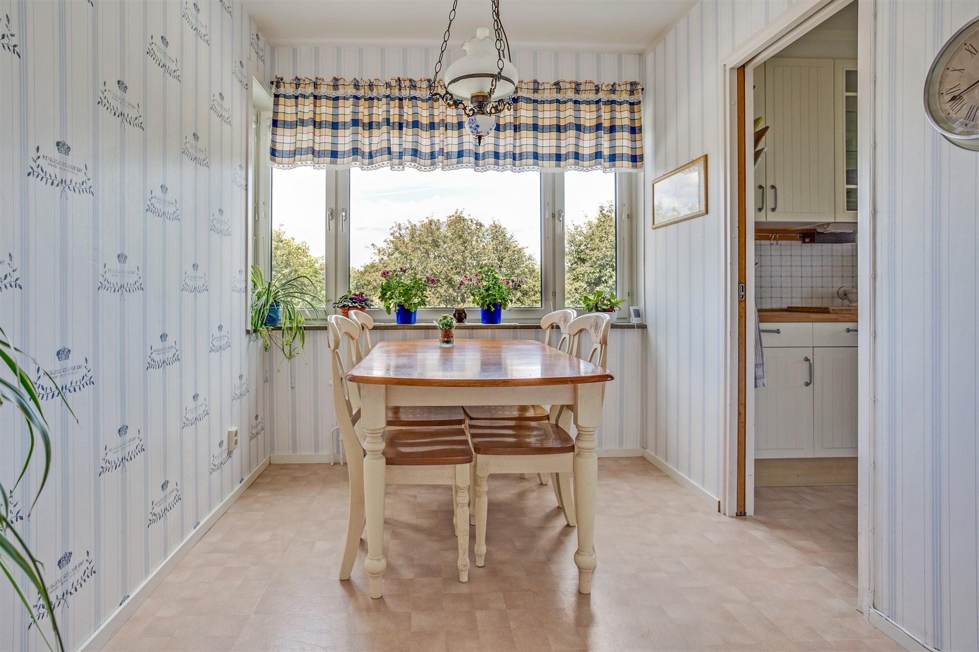 Matrum med skjutdörr mot köket.