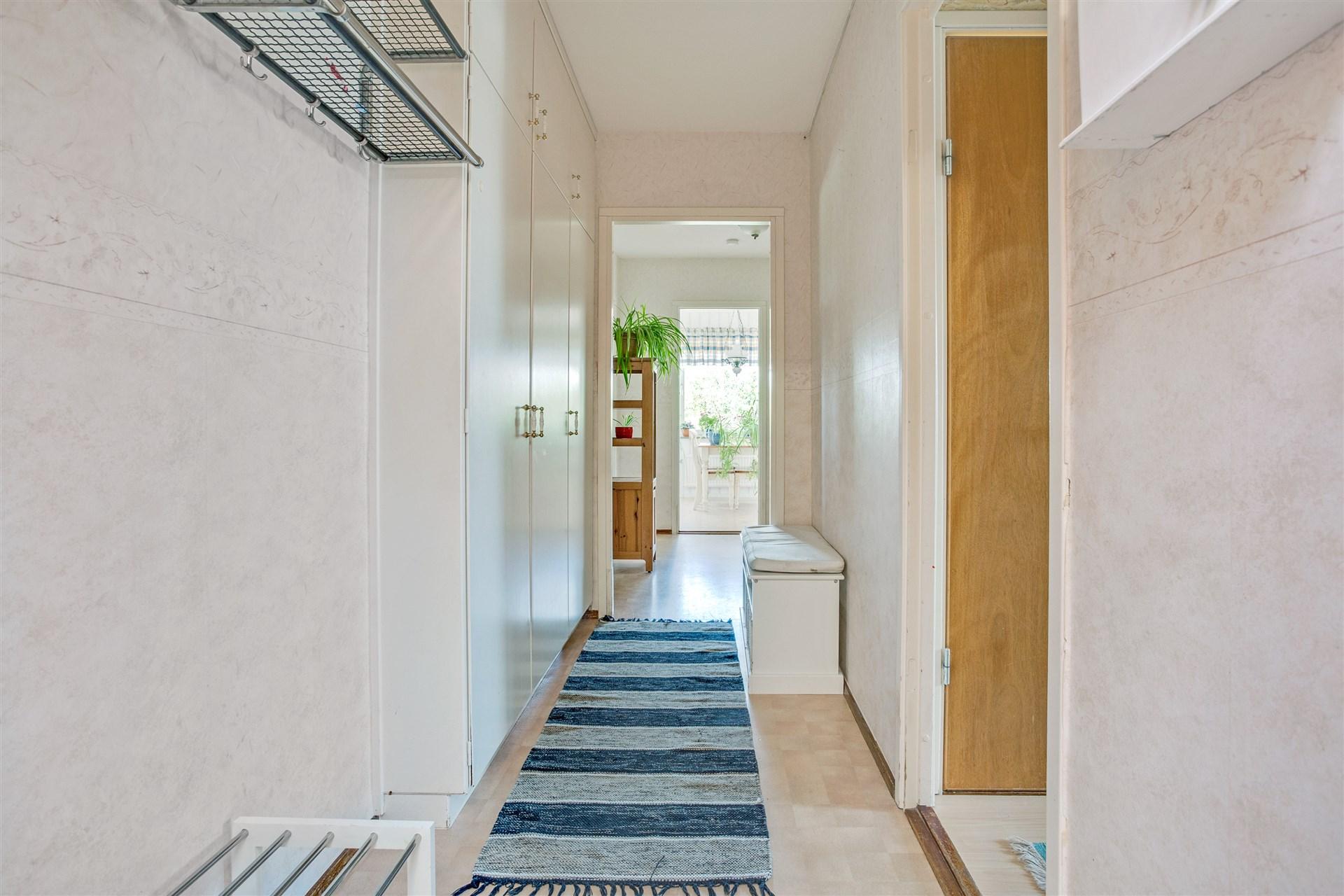 Välkommen in! Ljus entréhall med 3 garderober.