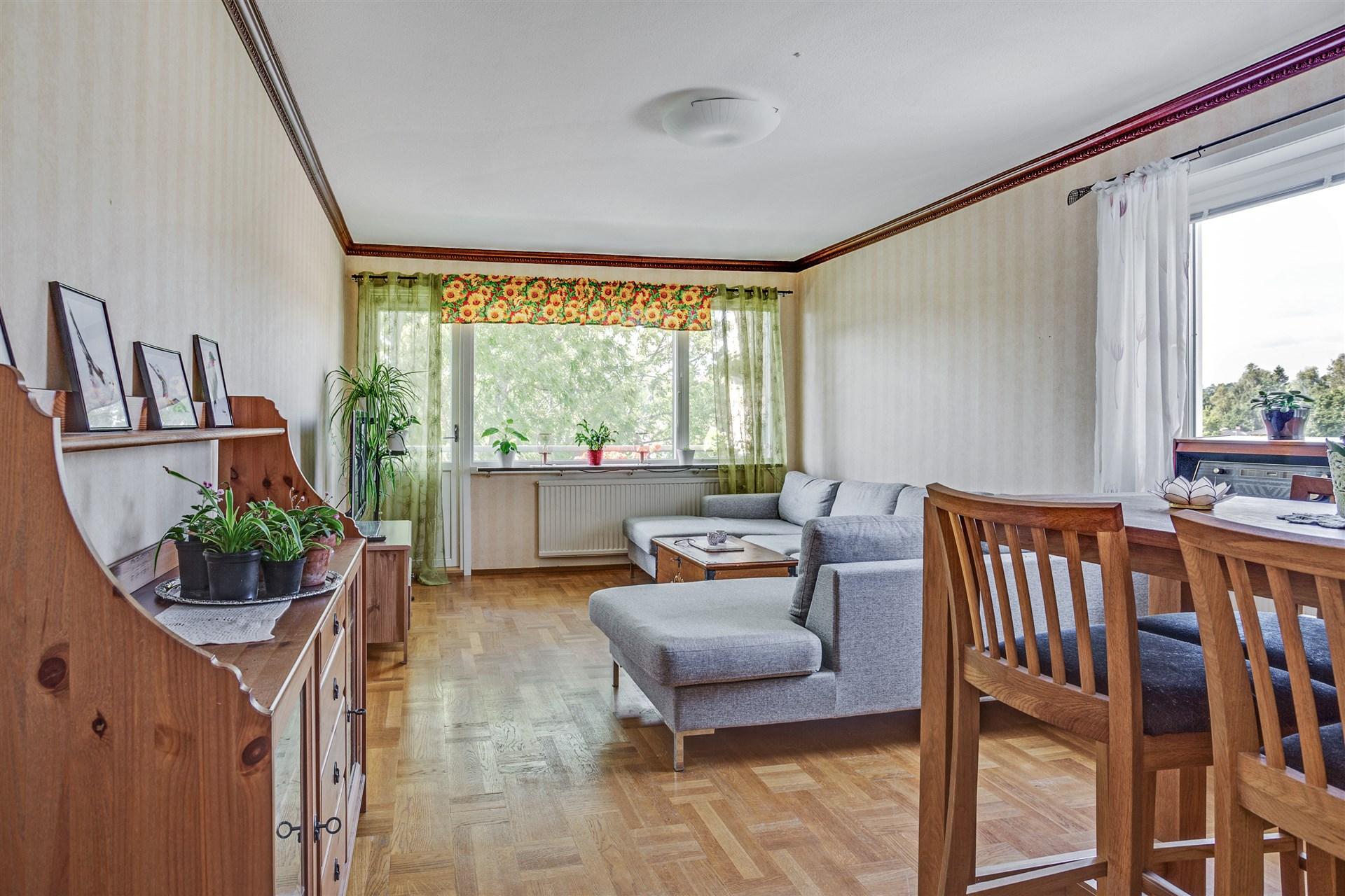 Vardagsrum med utgång till balkong i västerläge.