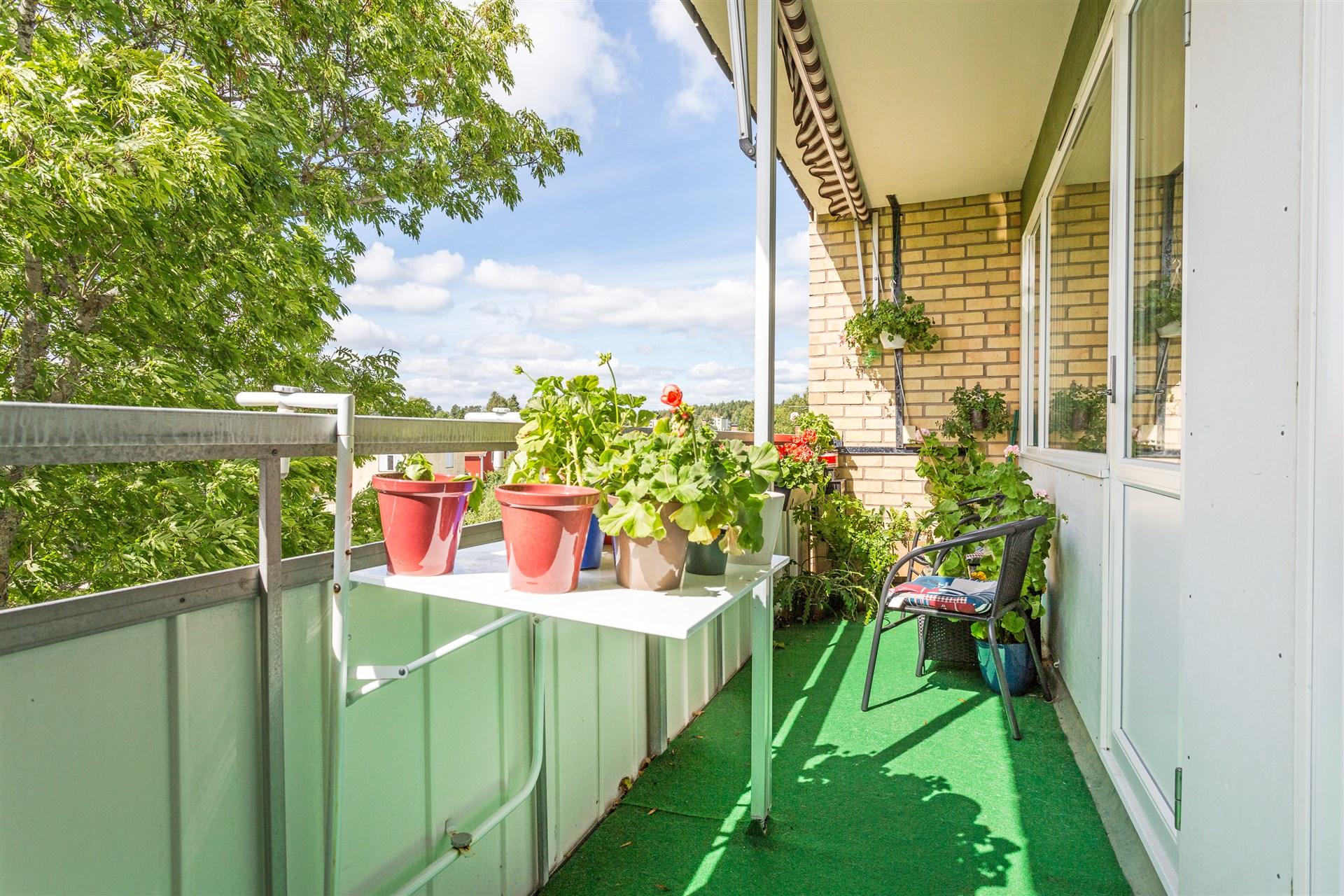 Mysig balkong med terrassmatta.