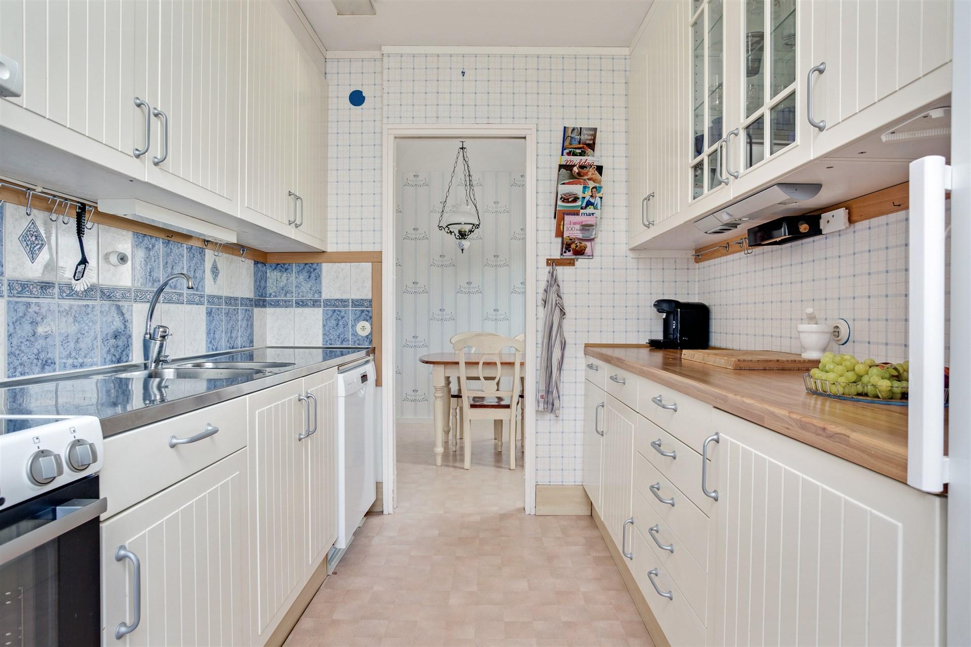 Köket är fullt utrustat, har bra förvaring och stora arbetsytor.