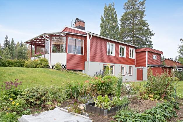 1-plans villa med suterrängplan
