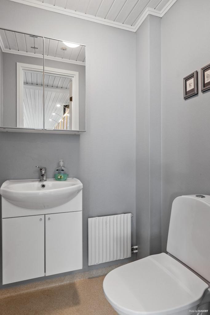 Toalett i anslutning till sällskapsrum