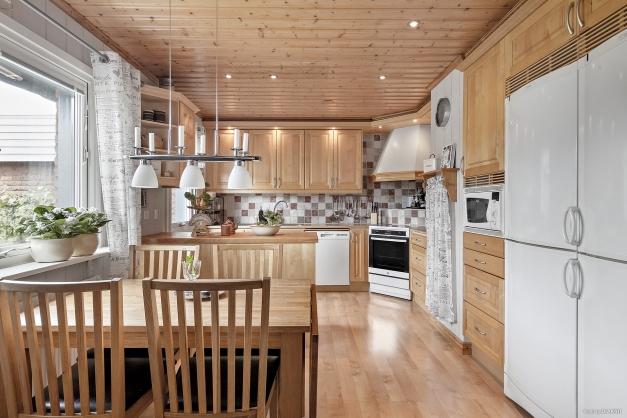 Ljus och trevligt kök med bra arbetsytor och plats för matbord