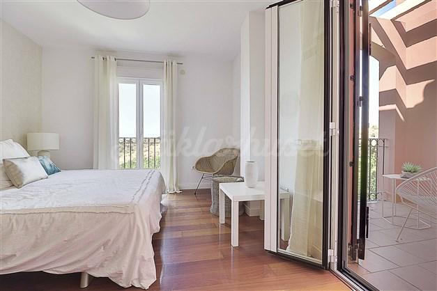 Sovrum 1 med utgång till terrass