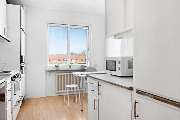 Matplats i kök med utsikt mot Wetterlinsgatan